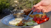 порошок : Man eating Indian food dockla and chutney Стоковые видеозаписи