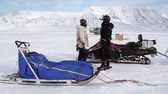 sanki : Spitsbergen, Norway-21 April 2011: People expedition on dog sled team husky Eskimo road of North Pole in Arctic. Way from airport Longyear to Pyramiden Spitzbergen on background of glacier Svalbard. Wideo