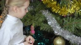 versão : Girl tells verse at Christmas tree