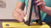 queijo cheddar : Shredding cheese on grater