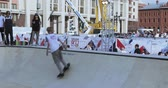 festividades : Athletes on skateboards perform tricks