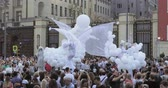 inflável : Dancers on stilts in suits of white elves or butterflies with inflatable balls