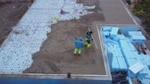 betoniarka : pouring concrete from a concrete mixer, aerial view Wideo