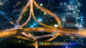 time lapse of night city traffic on 4-way stop street intersection circle roundabout road in bangkok, thailand. 4K UHD horizontal aerial view. Archivo de Video