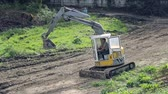 An employee manages an excavator. Raises the ladle and prepares for work