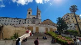 lépcsőház : ROME. ITALY. May 21, 2019. Staiway of Trinit dei Monti in Spains. Panorama of the square. Groups of tourists walk along the picturesque stairs decorated with greenery on a Sunny day