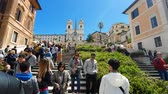 lépcsőház : ROME. ITALY. May 21, 2019 Spain square on a bright Sunny day. Groups of tourists walk along the large staircase of the tourist area Piazza di Spagna Stock mozgókép