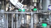 robotický : water bottling line. Automatic feeding of plastic caps and closure