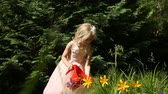 jardinier : Little girl watering flowers in the garden Vidéos Libres De Droits