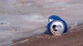 consumo : An empty beer can in the dirty water Vídeos