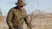střih : Farmer Pruning grapes in late winter or early spring season