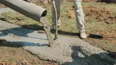 vasalás : The worker compacts the concrete with a vibrator. Construction and hard work concept