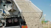vasalás : The flow of concrete flows through the chute. Delivery of high-quality concrete for construction
