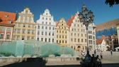 elülső : Wroclaw, Poland, May 2018: Market Square with a modern fountain in the form of a glass wall Stock mozgókép