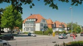 governo : Wernigerode, Germany, May 2018: Typical street of a small German city. Traffic machines on the road against the background of beautiful two-story houses