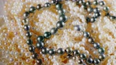přídatný : Beads from natural pearls of black and white color Dostupné videozáznamy