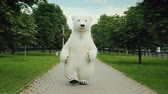 povznášející : Growth doll strolls through the morning park, a healthy way of life of a polar bear