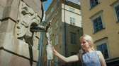 suécia : A woman picks up water in a bottle from a fountain in the central square of Stockholm. Clean drinking water and good ecology