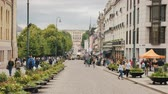 ingázó : Oslo, Norway, July 2018: A view along the Karl Johans Street towards the Royal Palace. A beautiful and busy street with lots of cafes and shops, a popular place among tourists Stock mozgókép
