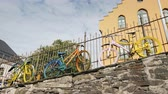 İskandinavya : Bergen, Norway, Jule 2018: Several colorful bicycles stand at the fence. Original decoration in the city