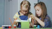 guache : Two girlfriends girls paint a toy plane. Educational games for children Vídeos