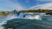 радужный : NIAGARA FALLS, NY - OKTOBER 21, 2016: One of the most popular interest of New York - Niagara Falls. Beautiful clouds in the background and a powerful stream of water in the foreground Стоковые видеозаписи