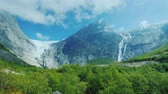 skandinávský : Epic view of the mountains and the Briksdal glacier. Pan shot