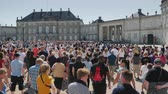 copenhague : Copenhagen, Denmark, July 2018: A crowd of people running to take pictures and look at the changing of the guard at the royal palace in Copenhagen Vídeos