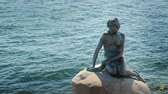 európa : Copenhagen, Denmark, July 2018: The Little Mermaid is a statue depicting a character from the tale by Hans Christian Andersen. Located in the port of Copenhagen