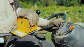 alavanca : Farmers hands on the steering wheel of a small tractor, controls agricultural equipment in the field Vídeos