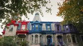 ピニオン : Colorful Victorian Houses in Square Saint Louis - Montreal, Quebec, Canada. Beautiful multi-colored roofs