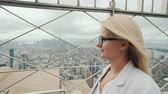 фехтование : Side view of a woman admiring New York City from a high point