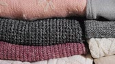 tricot texture : Slider video: Neatly folded winter clothes. Vidéos Libres De Droits