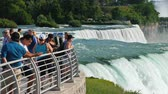 多民族の : Niagara Falls, NY, USA, July 2019: Tourists on the American shore look at the amazing Niagara Falls