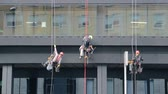 Industrial washers climbers wash an administrative building Stok Video