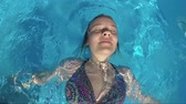 confortable : Top view of a girl in swimsuit swimming in the pool