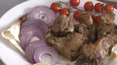 cibule : Skewers of pork meat with fresh Greens and vegetables
