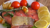 Chinook salmon (LAT. Oncorhynchus tshawytscha) smoked with fresh Greens and vegetables Dostupné videozáznamy