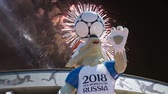 fotbal : Fireworks over the Official mascot of the 2018 FIFA World Cup in Russia - wolf Zabivaka and Luzhniki Olympic Complex - Stadium for the 2018 FIFA World Cup. Moscow Dostupné videozáznamy