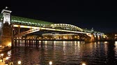 пешеход : View of the Pushkinsky (Andreevsky) Bridge and Moskva River (at night). Moscow, Russia Стоковые видеозаписи