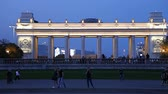 escuro : Main entrance gate of the Gorky Park (at night) - one of the main citysights and landmark in Moscow, Russia