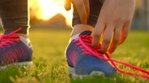 марафон : Running shoes - woman tying shoe laces Стоковые видеозаписи