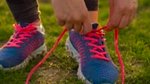 потеря в весе : Running shoes - woman tying shoe laces Стоковые видеозаписи