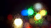 piscar : Close up rain drops on car window glass with blurred night city car lights bokeh as background