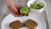 概念 : Spreading mashed avocado on toast. Healthy vegan breakfast.