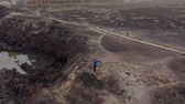 tory : Aerial view of woman runnning along the nature reserve at sunrise. Healthy active lifestyle. Wideo