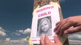 desaparecido : Posting photograph of missing child on pole