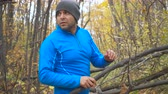 perseguição : Young, frightened lost man running through the autumn forest