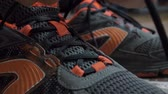 шнурки : Closeup tying shoelaces on sneakers. Athlete tied up shoelaces, running shoes. Close up. Slow motion. Стоковые видеозаписи