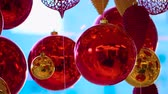 luces desenfocadas : Christmas and New Year Decoration. Christmas Big Red Balls on Background of Luminous Lanterns and Gold Garlands. Holiday Background. Blinking Garland Red baubles With Lights Twinkling Close up.